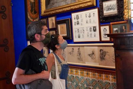 Dos visitants mirant el Museu del Cau Ferrat