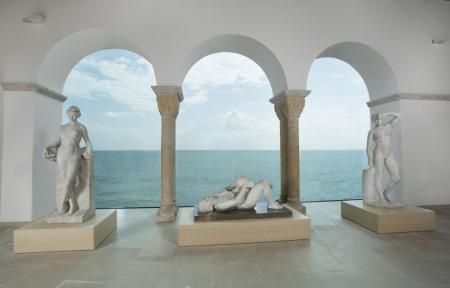 Mirador del Museu de Maricel amb tres escultures davant del mar