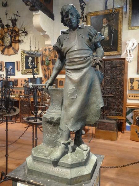 """Escultura d'Enric Clarasó """"El fojrador català"""" al Gran Saló del Museu del Cau Ferrat"""