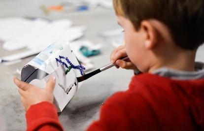 Un nen preparat el seu calendari d'advent