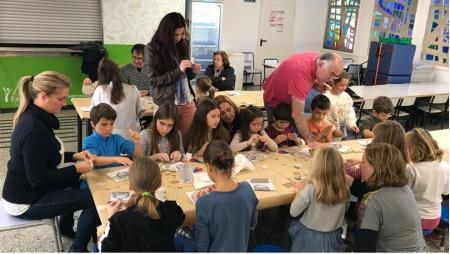 Persones realitzant el taller de l'Escola Pia