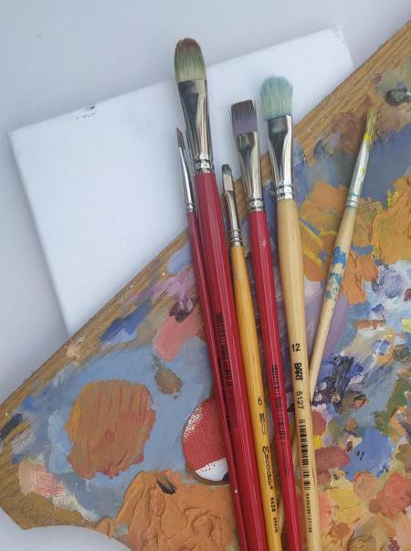 Pinzells i paleta de pintor per realitzar el taller familiar dedicat a l'obra Hermen Anglada-Camarasa