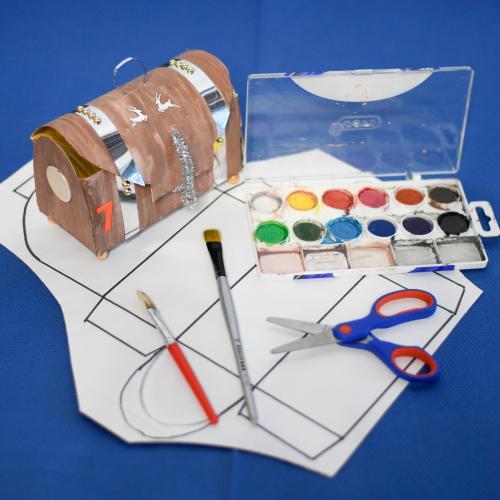 Material necessari per fer el taller. Plantilla, tisores, pinzell i colors